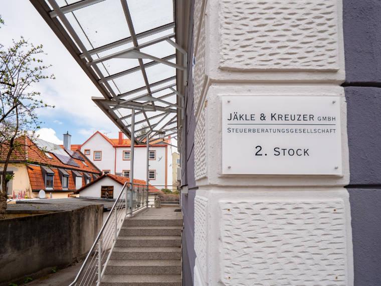 Außenansicht samt Schild der Steuerberatungskanzlei in Kempten